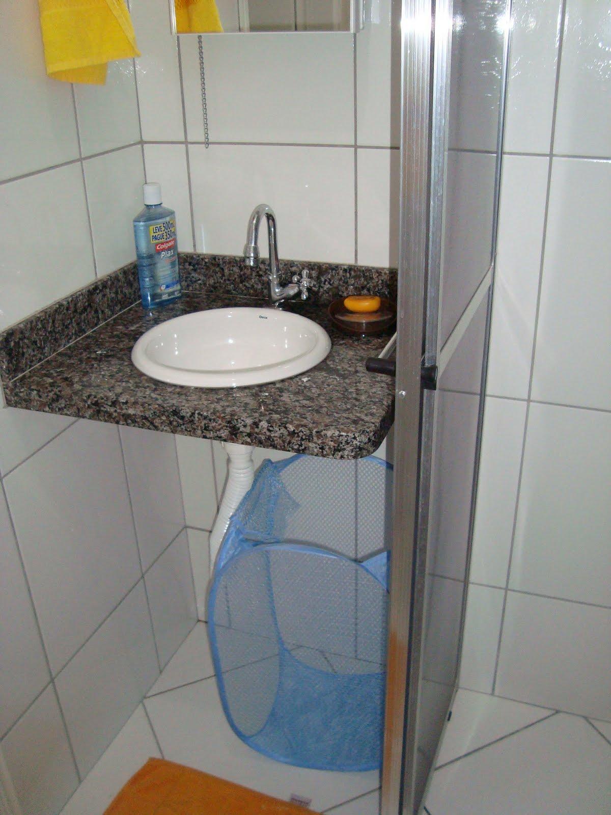 Banheiro antes e depois (apêzinho antigo) VilaClub #AF8F1C 1200x1600 Armario Banheiro Antigo