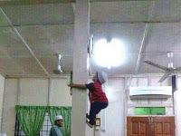 [ GAMBAR ] Budak Panjat Tiang Masjid / Surau