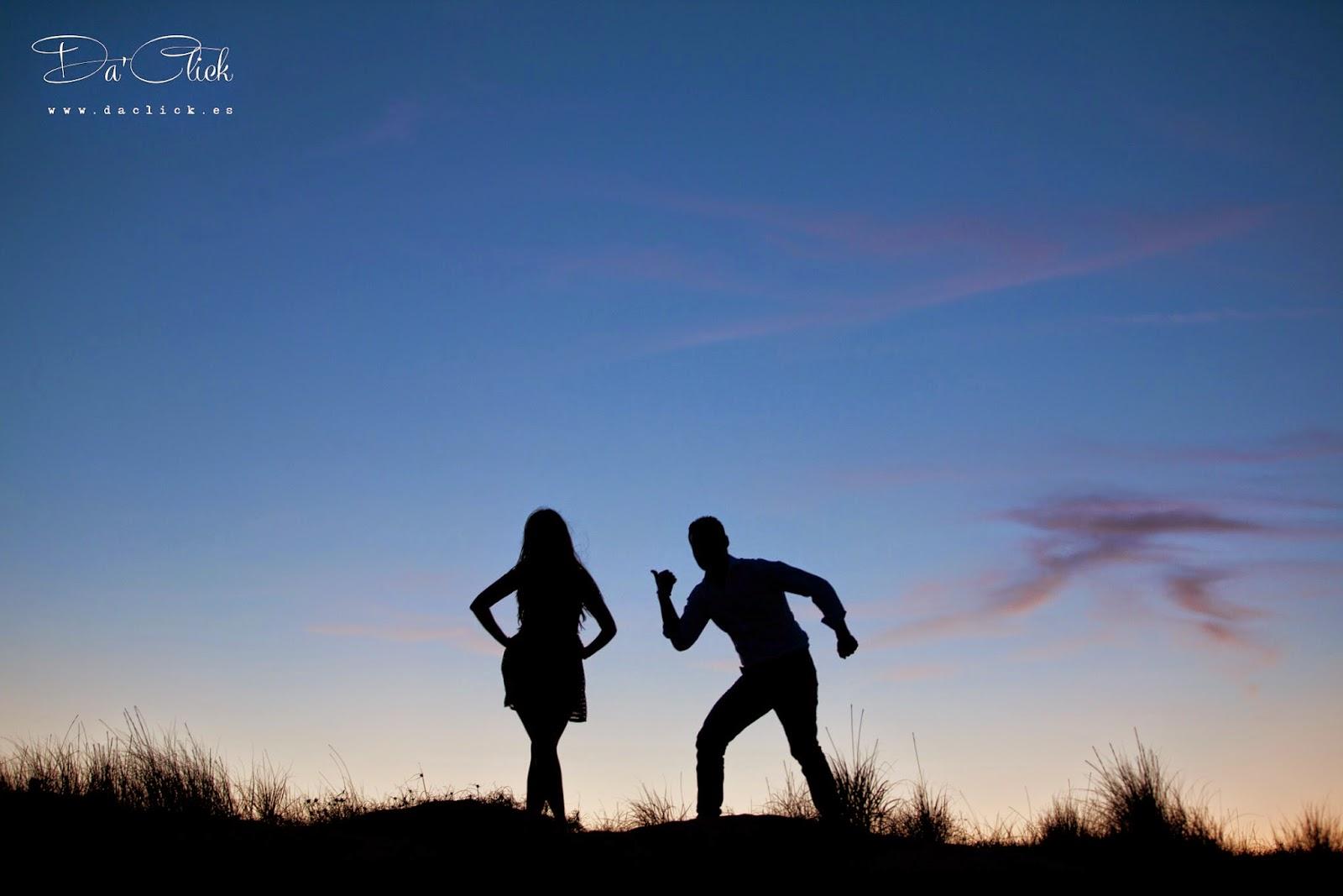 silueta de una pareja posando al atardecer