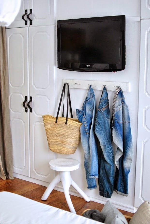 sovrum tv på väggen jeansförvaring läderhandtag