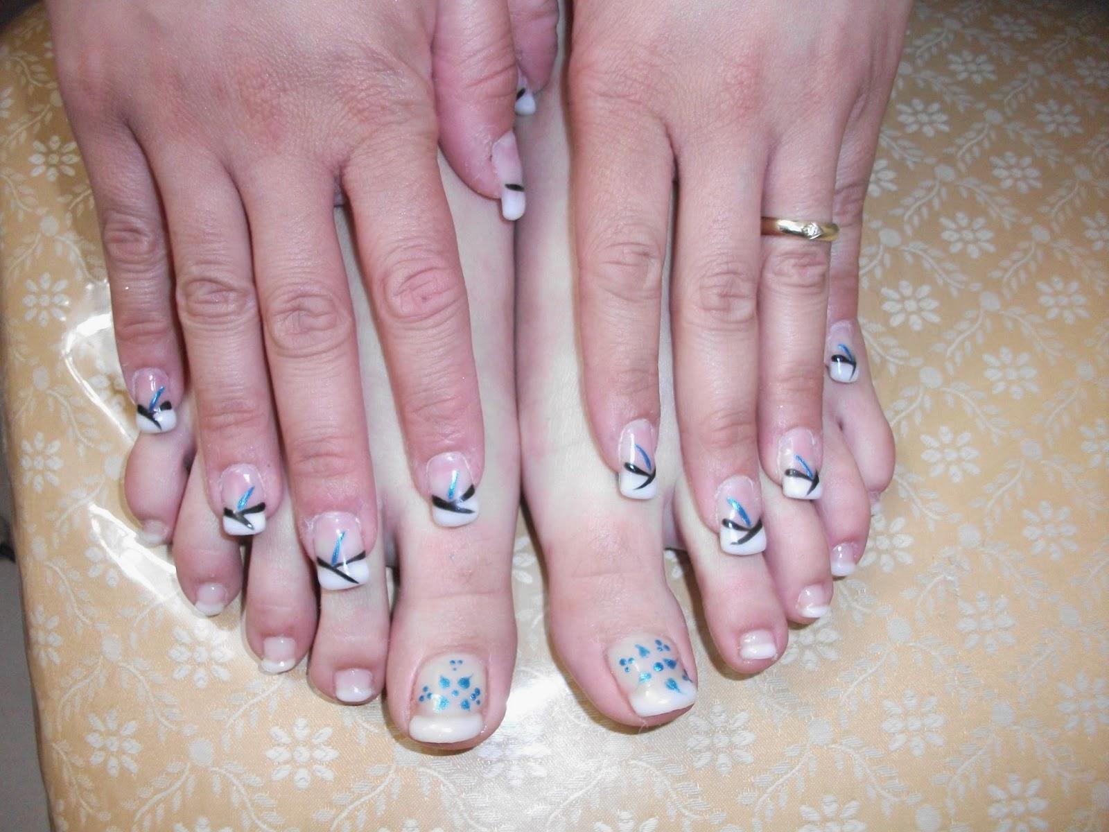 mani ricostruzione in gel polish con french bianco e decorazioni a strisce  a rondine nere e blu. piedi french gel bianco con decorazioni a petali blu.