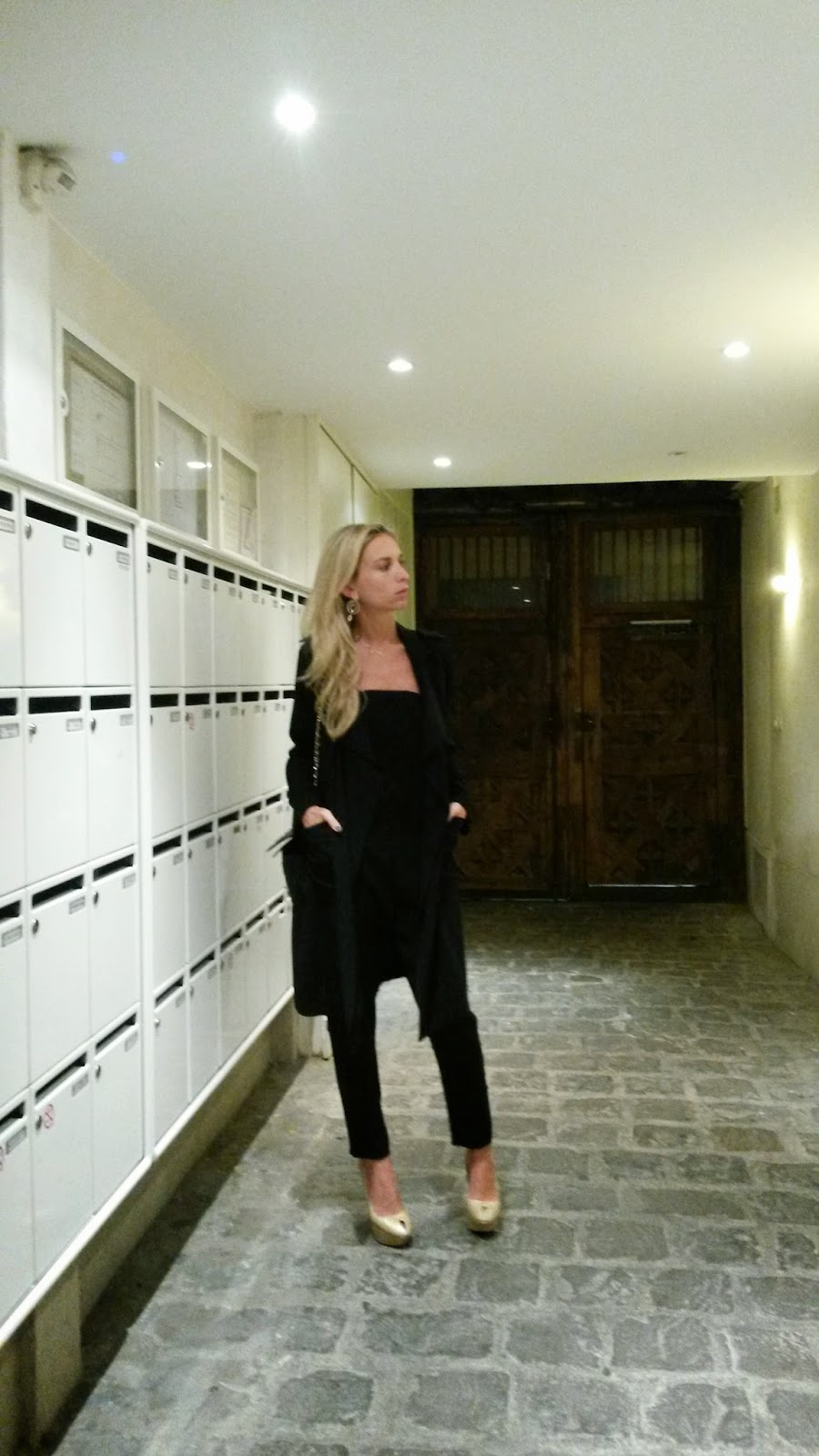 Black total look - Paris by night