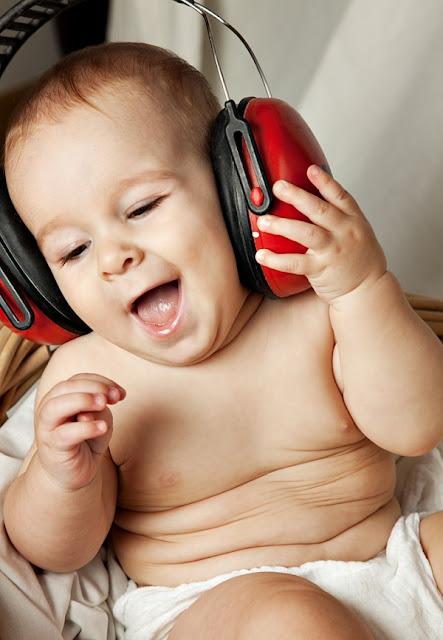 طفل مضحك يقلد الكبار ويغني