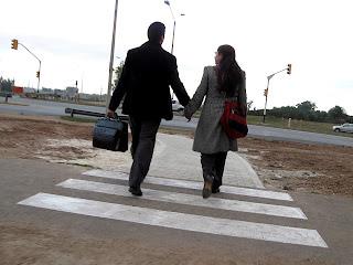 Περπατάνε χέρι-χέρι
