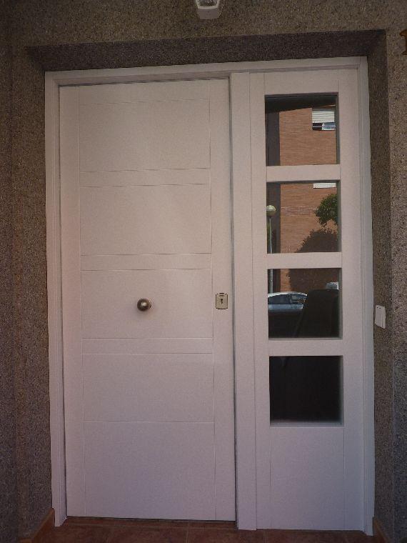 Carpinteria muebles a medida puerta de entrada for Puertas con vidrieras decorativas
