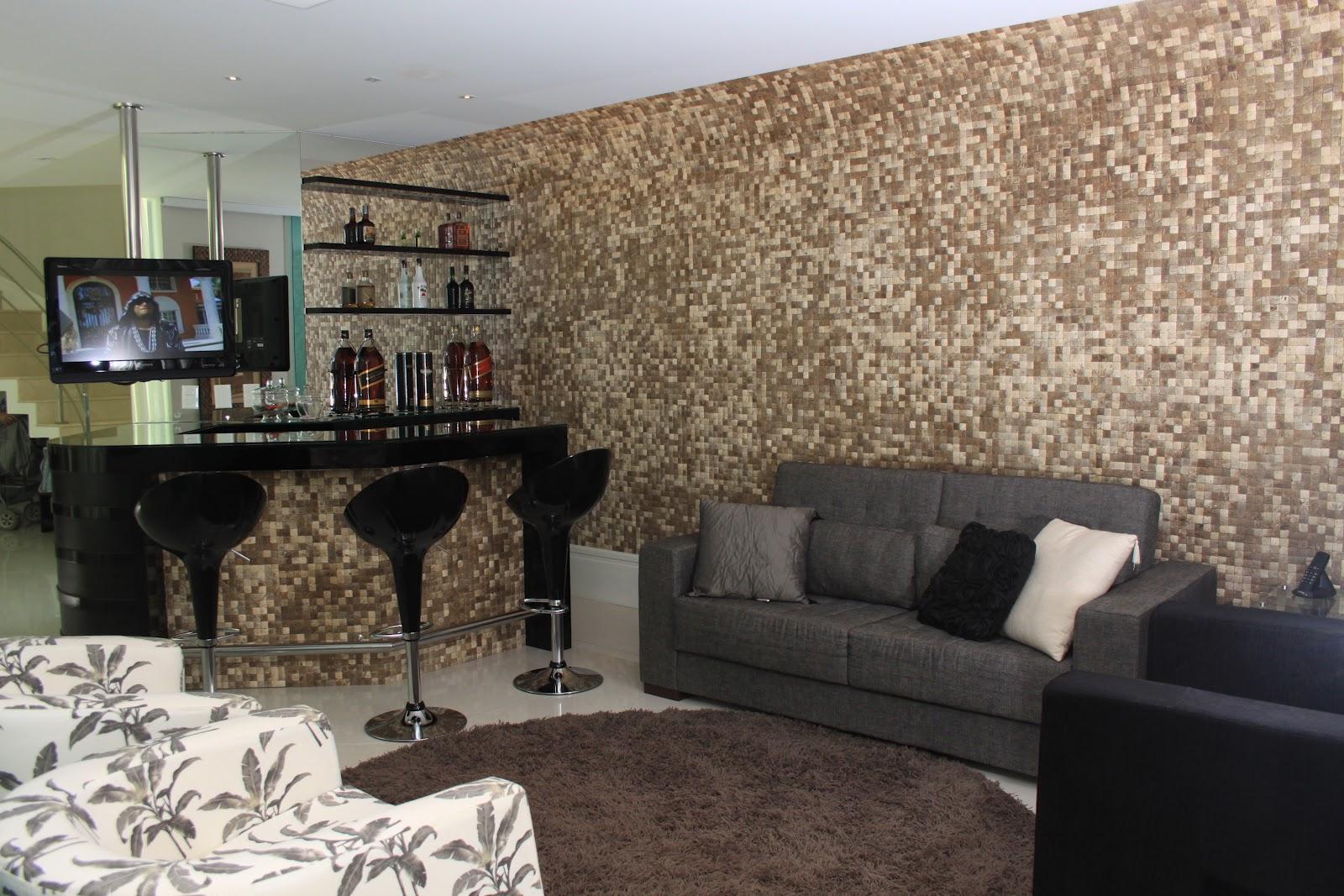 olha a pastilha de coco tanto na bancada do bar como na parede #7E694D 1600x1067