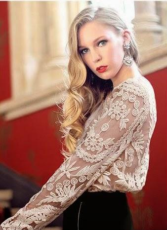 Modelo usando a blusa bordada - também chamada de Blusa em Guipir - um verdadeiro arraso!