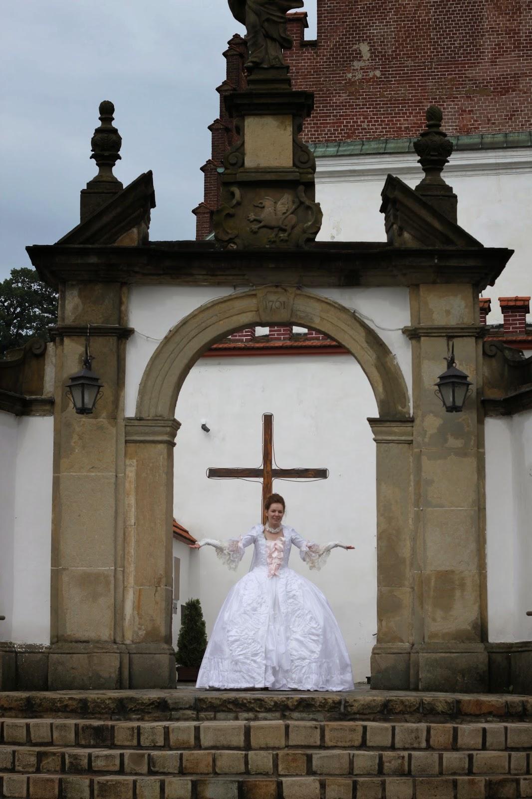 http://kostiumiglanitka.blogspot.com/2014/05/prawie-jak-maria-antonina-czyli-wersal.html