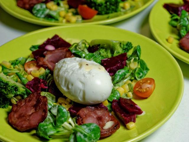 Œuf mollet, chorizo grillé et sa petite salade