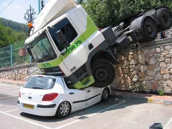Foto-Foto Unik Kecelakaan Mobil