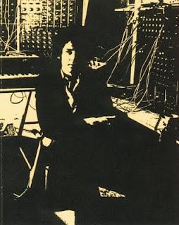 Richard Pinhas en su estudio privado con el Moog 3P en la contraportada de la edición en CD del álbum de Heldon Agneta Nilsson por parte del sello Cuneiform