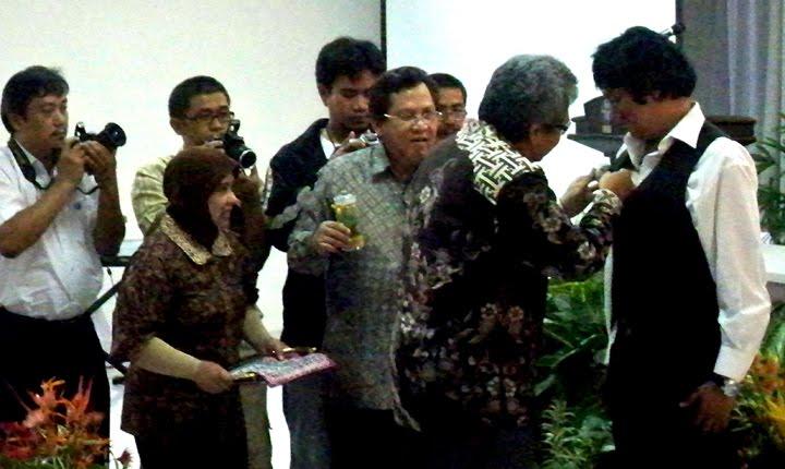 Ikang Fawzi Dilantik jadi Duta LIPI untuk Kebun Raya, Penyematan oleh Wakil Menteri PU Dr. Hermanto