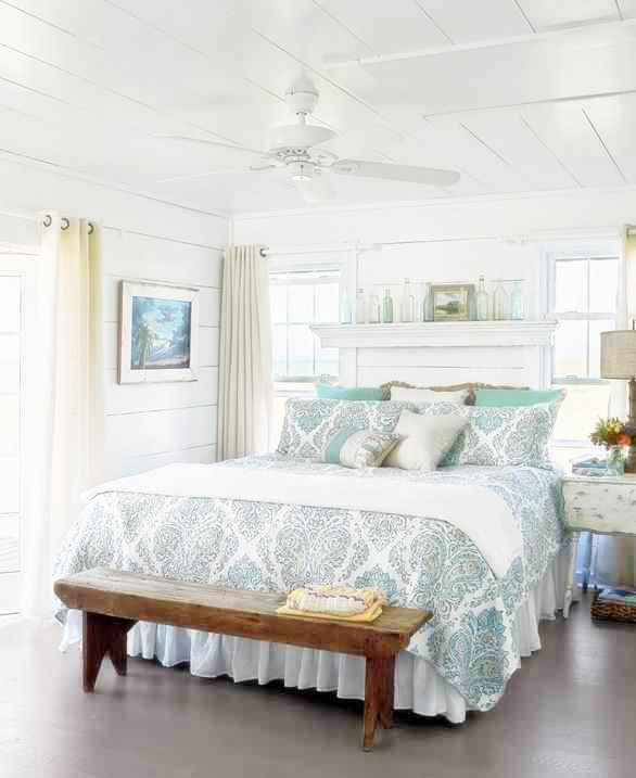 Drewniana ławka w sypialni, aranżacja jasnej sypialni, biała sypialnia
