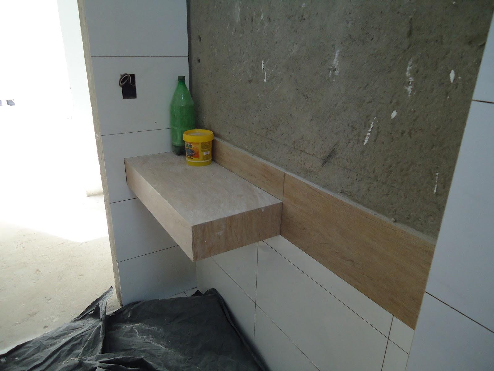 Bancada em porcelanato de madeira o mesmo da parede  #5C4F3B 1600x1200 Bancada Banheiro Leroy