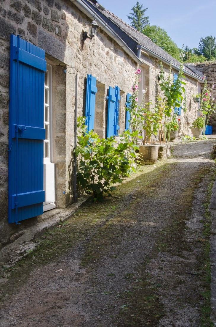 Locronan - ruelle et volets bleus