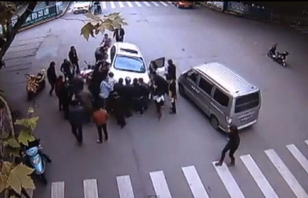أنقذت امرأة من تحت سيارة بمساعدة أكتر من 20 رجلا