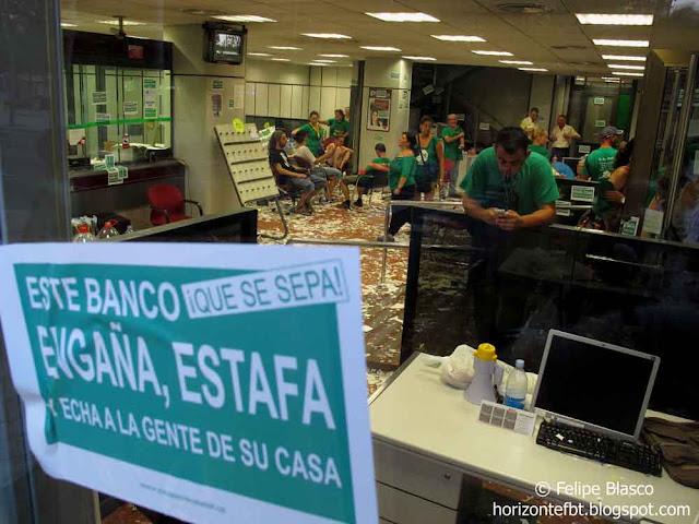 Apoyo a la ocupación por parte de la PAH de una sucursal bancaria