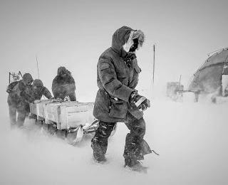 Grupo de cientistas trabalhando no gelo da Groenlândia.