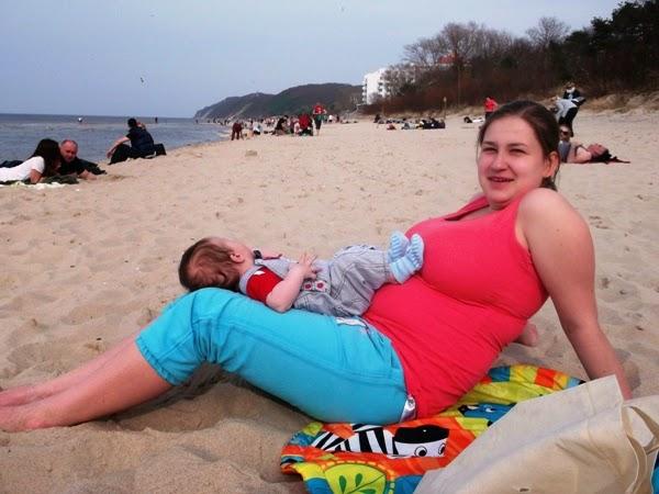 niemowlak na plaży 2 3 4 miesiące