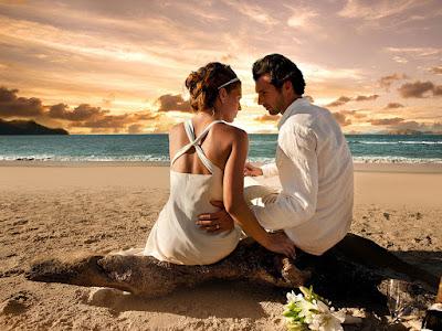 fotos de parejas sentados en la playa