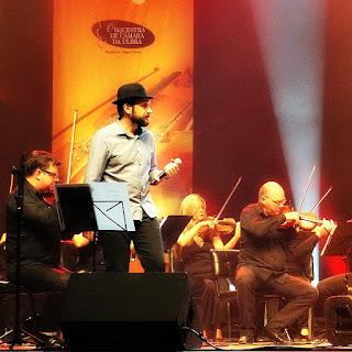 Fabrício Beck, da banda Vera Loca, iniciou a participação no concerto Clássicos do Rock Nacional cantando Roberto Carlos.