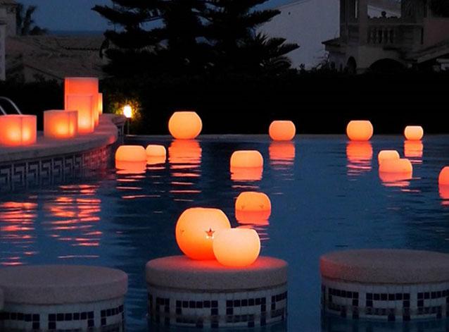 Icono interiorismo decora tu piscina con l mparas flotantes for Lamparas para piscinas