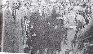 ROMA 1973- PINO ROMUALDI AI FUNERALI DEI FRATELLI MATTEI