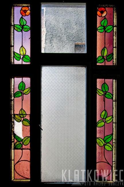 Jelenia Góra. Zabytkowe witraże zachowane na klatce schodowej w jednej z kamienic.