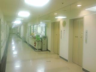 写真:第2病棟4階のエレベーター付近