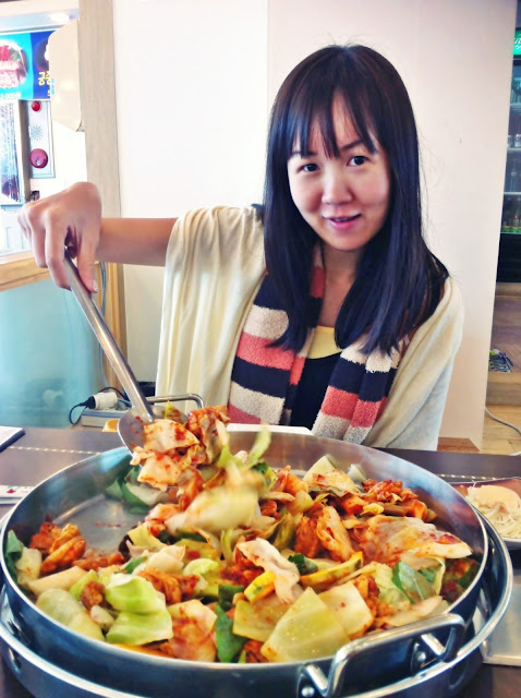 Chuncheon Stir-fried dakgalbi in big pan (철판 닭갈비) | www.meheartseoul.blogspot.sg