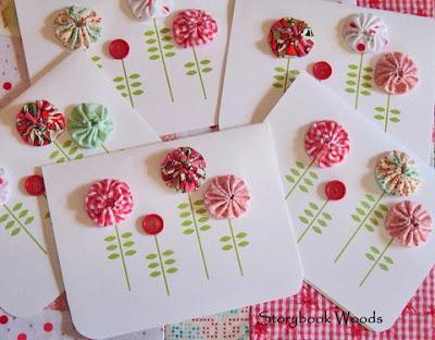 Cartão de papel com flores de fuxico e botão