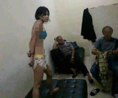 Foto Telanjang Nyaris Bugil Novi Amelia Diborgol Dengan Bikini