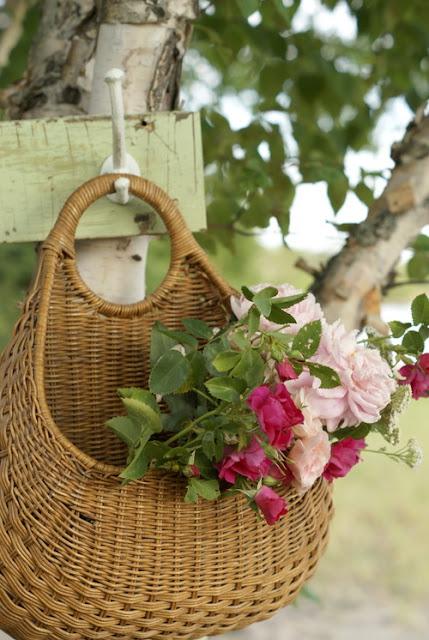 cualquier rincón puede cambiar con una cesta y unas flores!