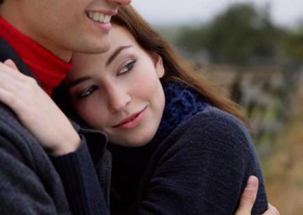 الفرق فى طريقة التفكير بين الرجل والمرأة - رجل يحضن يحتضن امرأة حبيبتة زوجتة - man holding hugging woman