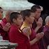 Misioneros comparten el Evangelio a monjes budistas del Himalaya.