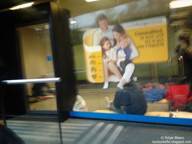 Foto de personas durmiendo en el cajero