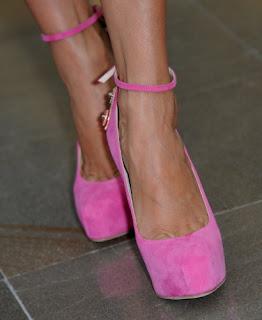 Ružové semišové lodičky, Brian Atwood