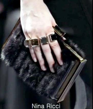 Detalle de cuatro anillos enlazados presentados por Nina Ricci