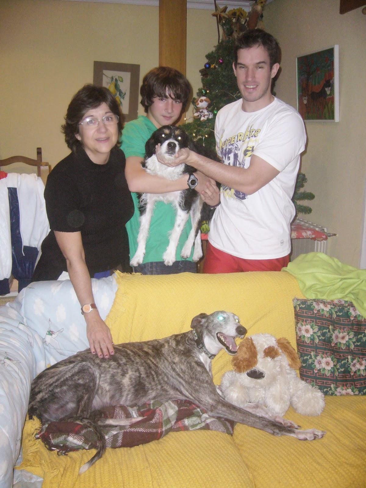 ALMA con su familia el día que fue adoptada.