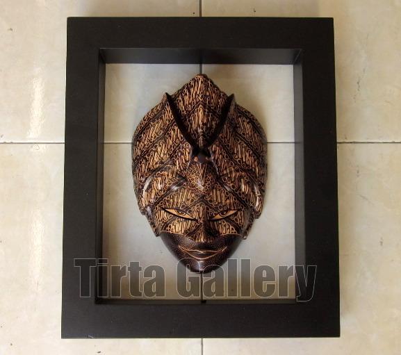 Topeng pigura, bahan baku topeng adalah kayu, sedangkan pigura terbuat ...