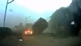 Batu besar hampir menghempap kereta