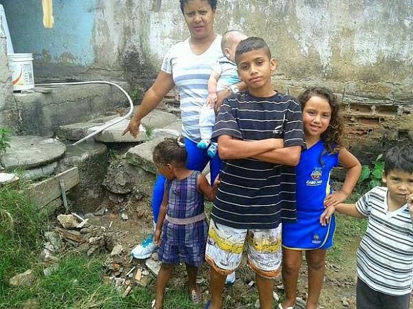 Casa com oito crianças é invadida por esgoto em Cabo Frio