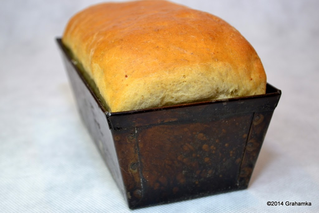 Chleb w stalowej foremce.
