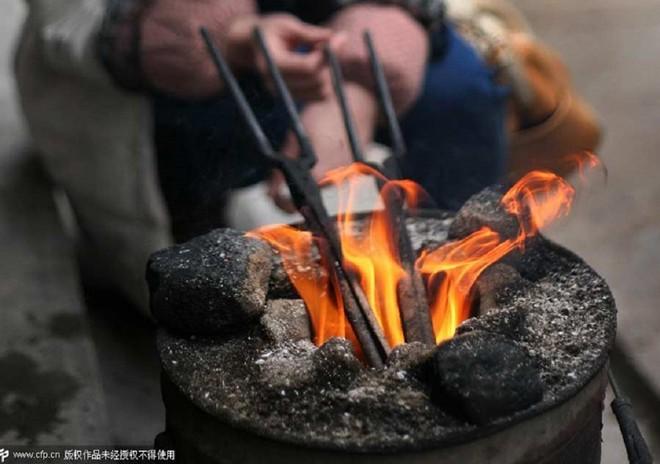 Nghề cắt tóc bằng kẹp sắt nóng ở Trung Quốc 5