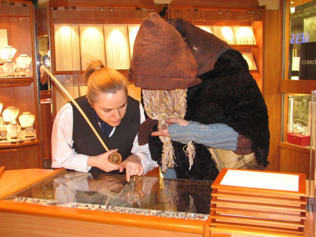Hobbit z krasnoludem próbują odnaleźć zagubiony relikt w sklepie jubilerskim