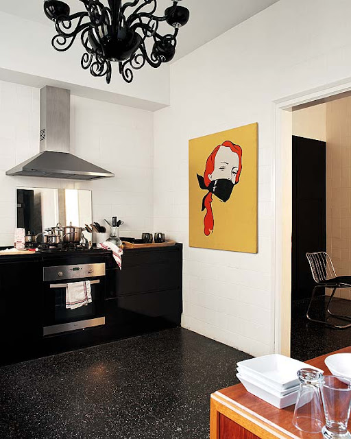 schwarze Küche mit buntem Hingucker