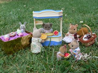Présentation de bijoux en pâte Fimo par de petits animaux anthropomorphes