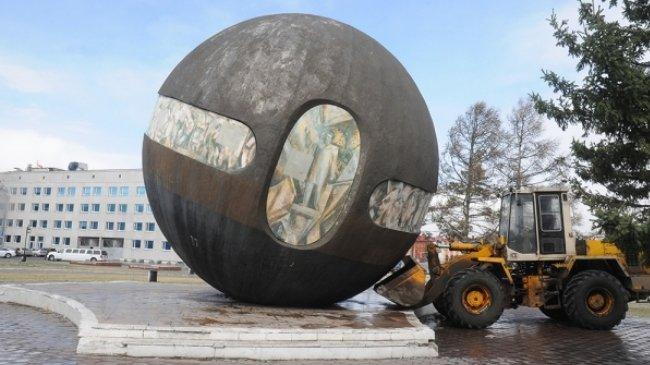 Картинки по запросу памятник-шар «Держава» скатился