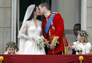 royal%2Bcouple%2Bkiss%2B%252814%2529 GAMBAR & VIDEO PERKAHWINAN PUTERA WILLIAM DAN KATE MIDDLETON