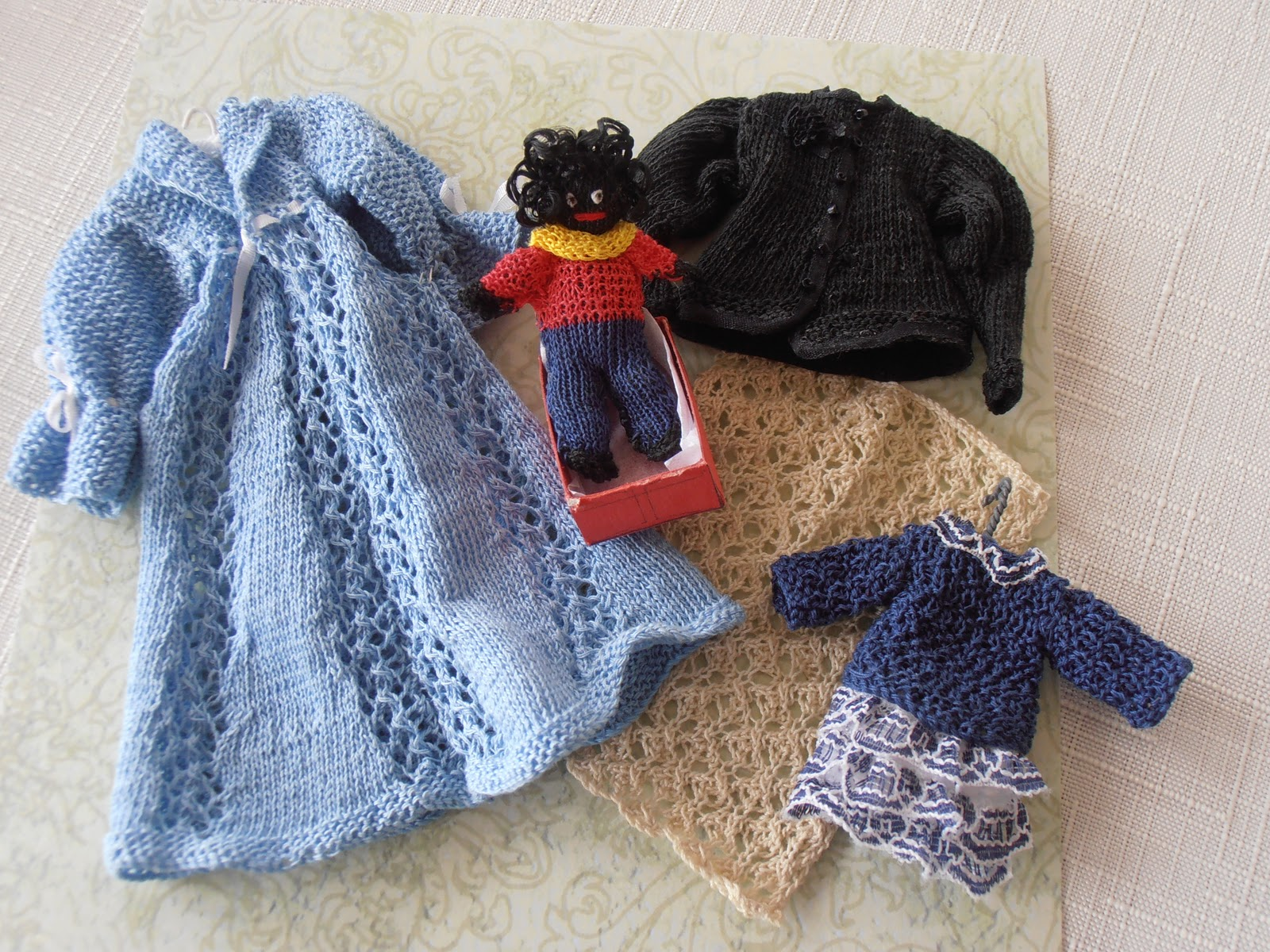Knitting Patterns For Dolls Houses : dolls houses and minis: October 2011